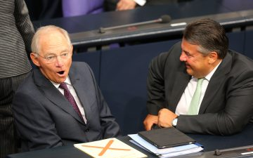 epa05048460 German Finance Minister Wolfgang Schaeuble and Eronomy Minister Sigmar Gabriel (r, speak at a special sitting of the Bundesdag being held over the new financial assistance package for Greece in Berlin, Germany, 18 August 2015. EPA/WOLFGANG KUMM