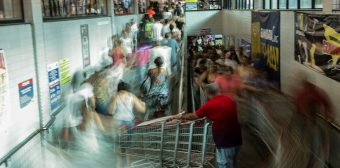 Thousand of people swarm supermarket, take advantage of discounts in Rio de Janeiro
